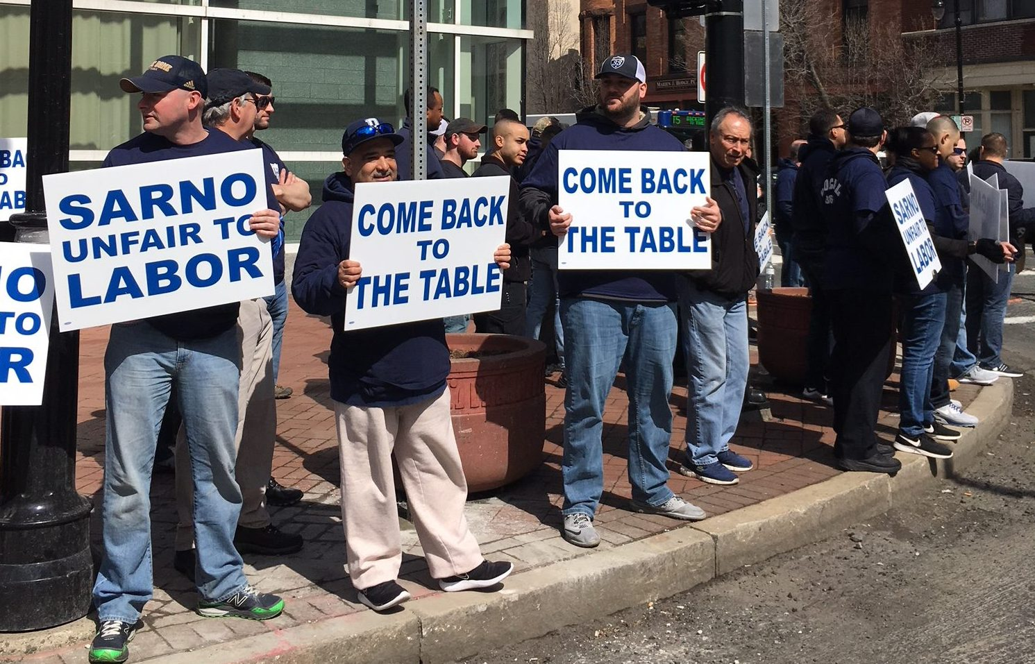 Springfield police union pickets Sarno following contract negotiation breakdowns